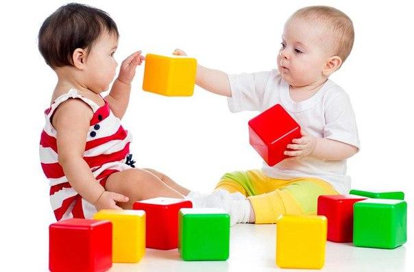 яркие игрушки младенцу