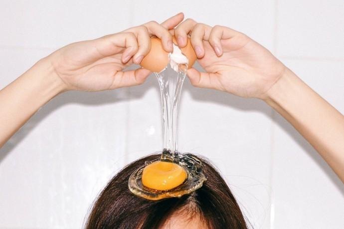 Мыть волосы яйцом